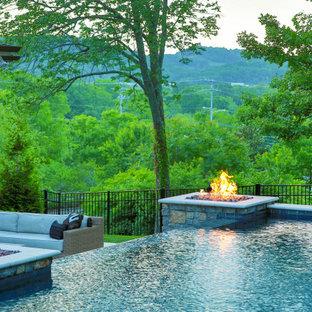 Diseño de piscinas y jacuzzis infinitos, románticos, grandes, rectangulares, en patio trasero, con adoquines de piedra natural
