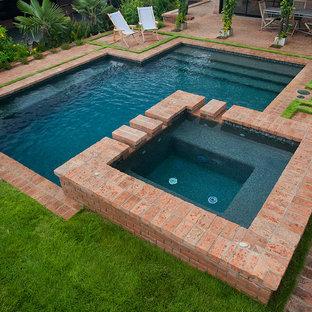 Modelo de piscinas y jacuzzis alargados, tradicionales, pequeños, a medida, en patio trasero, con adoquines de ladrillo