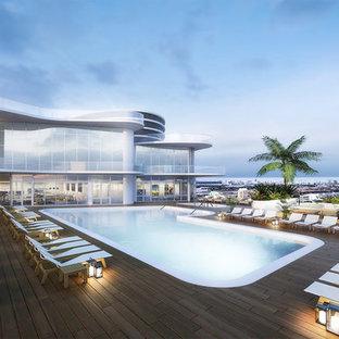 Ejemplo de piscina alargada, moderna, de tamaño medio, en forma de L, en azotea, con entablado