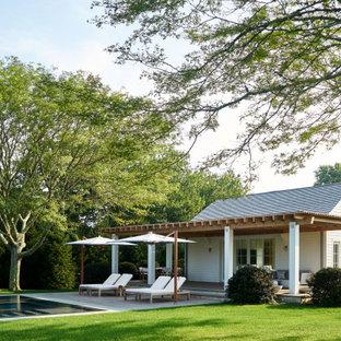 Diseño de casa de la piscina y piscina costera, rectangular, en patio trasero