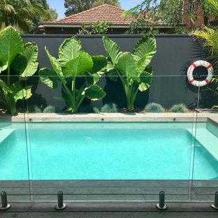 Ispirazione per una piscina naturale costiera rettangolare di medie dimensioni e dietro casa con pedane