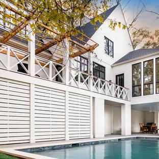Imagen de piscina alargada, clásica renovada, de tamaño medio, rectangular, en patio trasero, con adoquines de hormigón