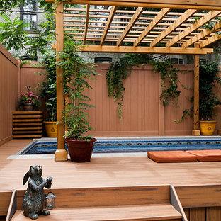 На фото: наземные, прямоугольные бассейны среднего размера на заднем дворе в стиле шебби-шик с домиком у бассейна и настилом