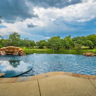 Ejemplo de piscinas y jacuzzis infinitos, clásicos renovados, a medida, en patio trasero, con losas de hormigón