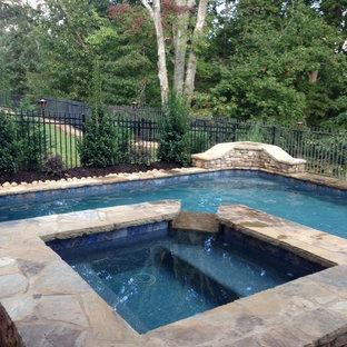 Exemple d'une petite piscine sur une terrasse en bois naturelle et arrière craftsman sur mesure avec un bain bouillonnant.
