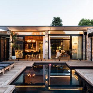 Diseño de piscina actual, a medida, en patio, con entablado