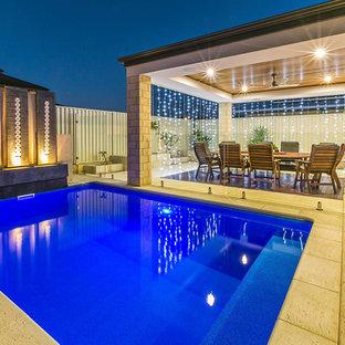 Réalisation de petits abris de piscine et pool houses arrière design rectangles avec du béton estampé.