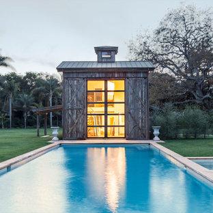 Idéer för att renovera en lantlig rektangulär träningspool på baksidan av huset, med poolhus och naturstensplattor
