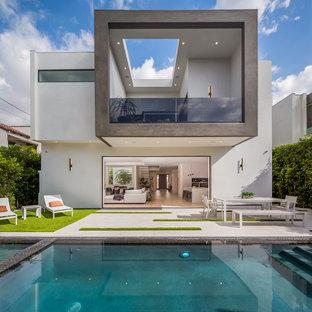 Imagen de piscina actual, rectangular, en patio trasero