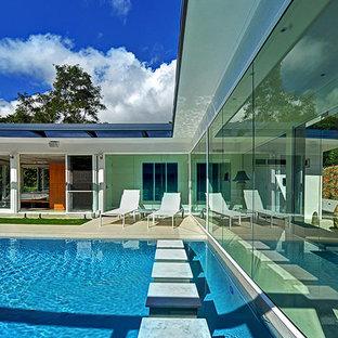 Imagen de piscina infinita, retro, grande, rectangular, en patio, con suelo de baldosas