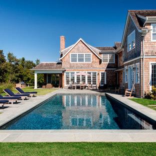 Idée de décoration pour une piscine arrière tradition rectangle avec du béton estampé.
