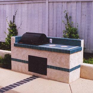 Ejemplo de piscinas y jacuzzis alargados, tradicionales, de tamaño medio, a medida, en patio trasero, con losas de hormigón