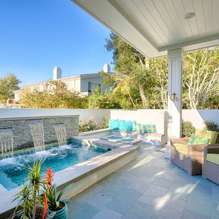 Imagen de piscinas y jacuzzis marineros, de tamaño medio, rectangulares, en patio trasero, con adoquines de piedra natural
