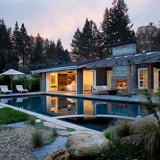 Ejemplo de piscinas y jacuzzis alargados, urbanos, de tamaño medio, rectangulares, en patio trasero