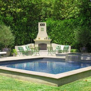 Ejemplo de piscinas y jacuzzis naturales, románticos, grandes, rectangulares, en patio trasero, con adoquines de hormigón