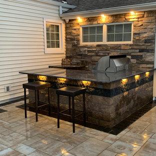 Aménagement d'un grand couloir de nage arrière contemporain rectangle avec un aménagement paysager autour d'une piscine et des pavés en béton.