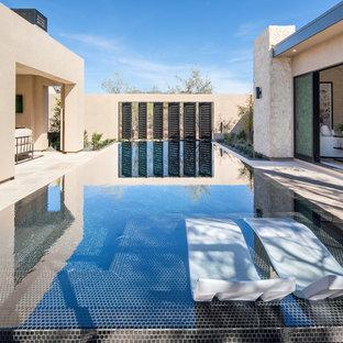 Imagen de piscina elevada, contemporánea, rectangular, en patio