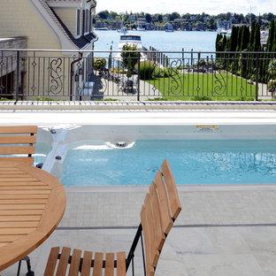 Modelo de piscina tradicional, de tamaño medio, rectangular, en azotea, con suelo de baldosas
