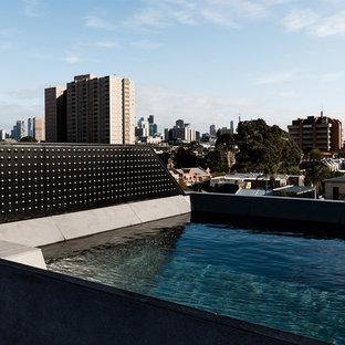 Diseño de piscina elevada, actual, pequeña, rectangular, en azotea, con losas de hormigón