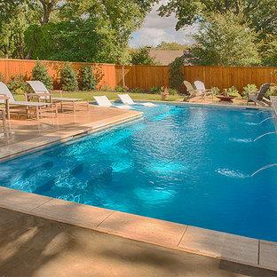 Modelo de piscina natural, tradicional renovada, de tamaño medio, en forma de L, en patio trasero, con adoquines de hormigón