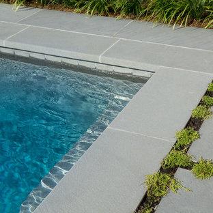 Foto de casa de la piscina y piscina de estilo de casa de campo, de tamaño medio, rectangular, en patio trasero, con adoquines de piedra natural