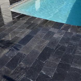 Diseño de piscina minimalista, en patio trasero, con adoquines de piedra natural