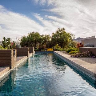 Réalisation d'une petit piscine naturelle et arrière minimaliste sur mesure avec un point d'eau et un gravier de granite.