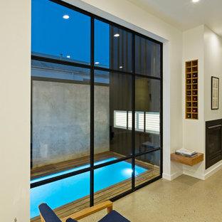 Imagen de piscina contemporánea, pequeña, rectangular, en patio lateral, con entablado