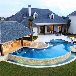 Ejemplo de casa de la piscina y piscina infinita, contemporánea, grande, a medida, en patio trasero, con entablado