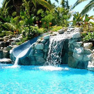 Foto di una piscina naturale tropicale con un acquascivolo