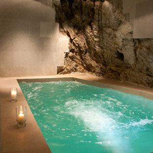 Modelo de piscinas y jacuzzis mediterráneos, rectangulares y interiores, con suelo de baldosas