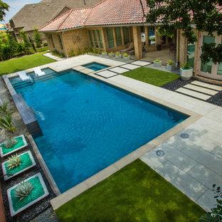Ejemplo de piscina con fuente alargada, contemporánea, rectangular, en patio trasero, con losas de hormigón