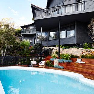 Modelo de piscina asiática, de tamaño medio, a medida, en patio trasero, con entablado