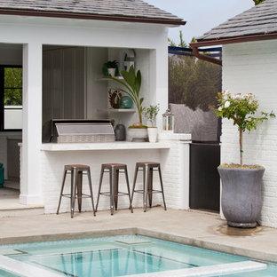 Immagine di una piscina stile marino rettangolare dietro casa con una dépendance a bordo piscina