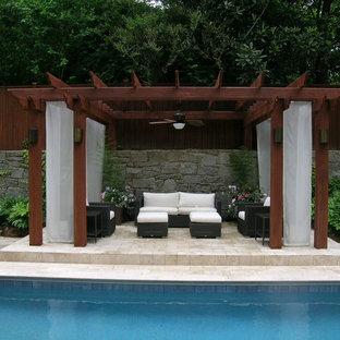 Ejemplo de piscinas y jacuzzis naturales, clásicos, de tamaño medio, rectangulares, en patio trasero, con adoquines de piedra natural