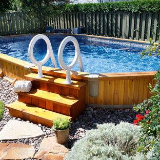 Diseño de piscina elevada, de tamaño medio, redondeada, en patio trasero, con gravilla