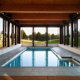 Modelo de casa de la piscina y piscina actual, grande, interior y rectangular