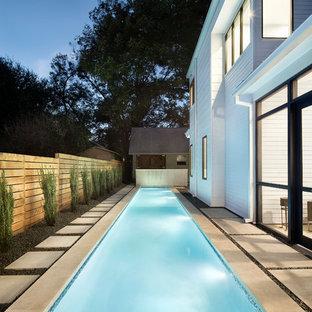 Imagen de piscina alargada, contemporánea, grande, rectangular, en patio trasero, con adoquines de hormigón