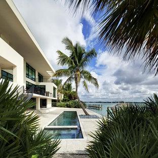 Modelo de piscina alargada, tropical, pequeña, con granito descompuesto