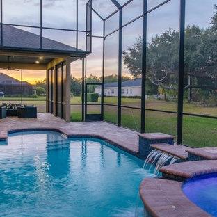 Foto de piscinas y jacuzzis alargados, clásicos renovados, grandes, interiores y a medida, con adoquines de ladrillo