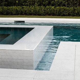 Diseño de piscinas y jacuzzis infinitos, minimalistas, pequeños, rectangulares, en patio trasero, con adoquines de hormigón