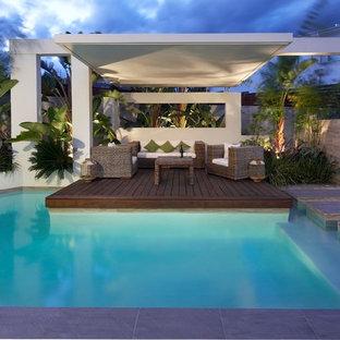 Modelo de piscina actual, de tamaño medio, a medida, en patio trasero, con entablado