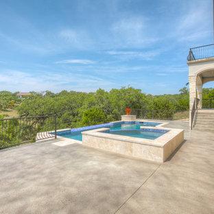 Modelo de piscinas y jacuzzis infinitos, mediterráneos, grandes, rectangulares, en patio trasero, con losas de hormigón