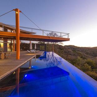 Aménagement d'une très grand piscine à débordement contemporaine rectangle.