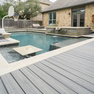 Imagen de piscinas y jacuzzis actuales, grandes, rectangulares, en patio trasero, con entablado