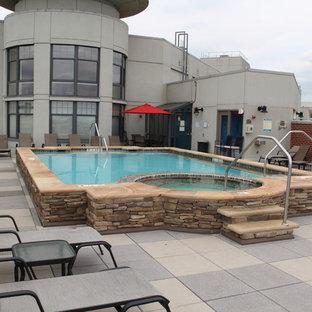 Ejemplo de piscinas y jacuzzis naturales, rústicos, de tamaño medio, rectangulares, en azotea, con adoquines de hormigón