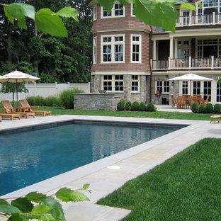 На фото: прямоугольные бассейны на заднем дворе в классическом стиле