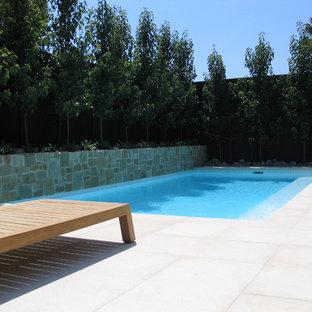Ejemplo de piscina contemporánea, pequeña, rectangular, en patio trasero, con adoquines de hormigón