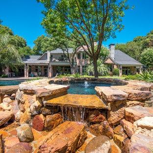 Foto di una piscina tradizionale dietro casa con una dépendance a bordo piscina