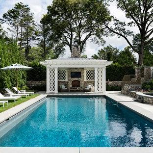 Modelo de casa de la piscina y piscina marinera, rectangular, en patio trasero, con losas de hormigón